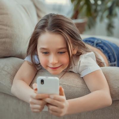 """Smartphone già a 4 anni: arriva manuale per una """"rete senza rischi"""""""